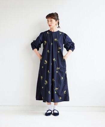 サニークラウズが手がけるモデル・kazumiさんとの人気コラボシリーズから、可愛らしいミモザの花が刺しゅうされた、春爛漫なワンピースがお目見え。身頃と袖の生地を替えて、ふんわりと仕上げたパフスリーブがポイントです。気分の上がるワンピースを着て、一足お先に春を感じてみませんか?