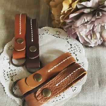 カシメを使ったシンプルなキーリングです。金具とカシメをアンティークな色合いのもので統一するとこなれ感のある仕上がりに。とても味わいのある作品ですね。シンプルなものを作るときには、革の質感にこだわって選ぶのもポイント♪