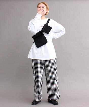 白のロゴ入りロンTに、チェック柄のパンツを合わせコーディネート。カジュアルになりがちな柄パンツも、全体をモノトーンでまとめれば子どもっぽくなりません。白×黒でちょっぴり個性派の白黒コーデに。
