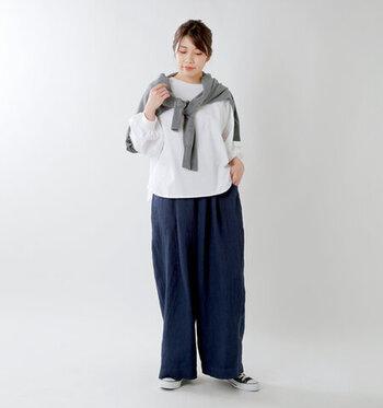 白ロンTに、ネイビーのワイドパンツを合わせたラフな着こなしです。肩から羽織ったグレーのカーディガンは、気温に合わせて巻いたり羽織ったりとスタイルチェンジが可能。白ロンTを、トップスとしてもインナーとしても着まわせる組み合わせです。