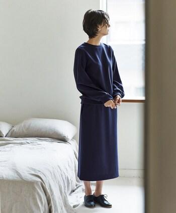 ネイビーのスウェットトップスに、同色のタイトスカートを合わせたセットアップコーデ。シンプルなスウェットトップスも、セットアップスタイルにするだけでこなれ感がグッと高まります。足元は黒のシューズできちんと感をアピール。