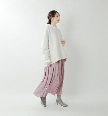 白のフーディーに、ピンクのプリーツスカートを合わせたコーディネートです。足元はグレーの靴下にグレーのパンプスで、女性らしい印象に。白×ピンクの爽やかなカラーリングが、春らしさを感じさせる着こなしですね♪