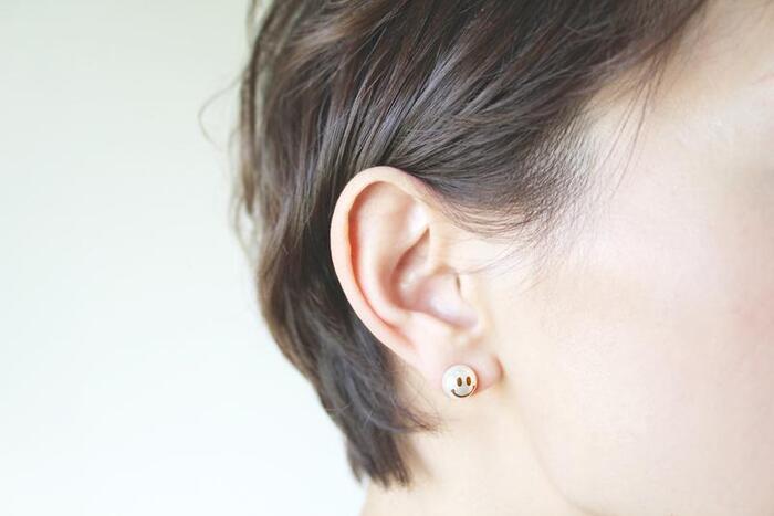 淡水パールのシンプルなピアスに、日本の伝統技術である金粉の蒔絵でスマイルマークをプラス。見ているだけで心が温かくなるようなデザインで、耳元にさりげない華やかさを演出してくれます。