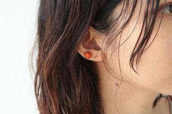 """球体を意味する、""""スフィア""""というネーミングのピアス。糸で作られた繊細な表情で、耳元に彩りをプラスしてくれます。"""
