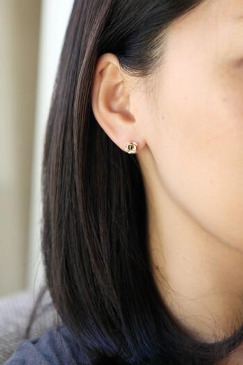 シックなレッドと、淡いホワイトの2色展開。片耳ずつの販売なので、あえて色違いで身につけてもおしゃれですよ。
