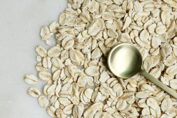 現在世界中で一般的な牛乳の代替品として挙げられるのが、オーツミルクです。トロッとしたテクスチャーとクセのないほんのりと感じる自然由来の甘味が、どんなドリンクにも合うと人気なのだとか!  穀物の一種なので、大豆やナッツ類アレルギーの人でも安心です。豊富に含まれた栄養素の中でも特に多いのが食物繊維で、腸内環境の改善やコレステロール値低下などの効果も期待できます。