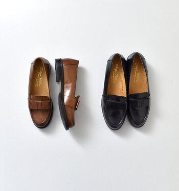 こちらは、1951年創業のイタリア・ミラノの老舗シューズメーカー「DIEGO BELLINI」のシューズ。上質なレザーの風合いと光沢が高級感のある一足。すっきりとしたメンズライクなシルエットに、アッパーに施されたリボンがガーリーな印象。
