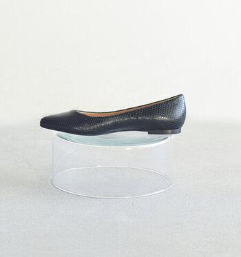 履き込み口は甲が浅いカッティングで、足をキレイに見せてくれます。約0.5cmのフラットソールで、普段使いからオフィスシーン、お出かけまで幅広く使える一足。