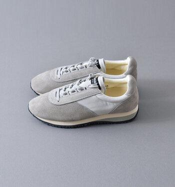 全体をワントーンで仕上げた、ちょっぴりクラシックな装いのスニーカー。長年、日本人の足をサポートしてきた「Asahi(アサヒ)」のもの。