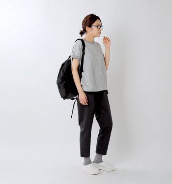 素足にさらりと履いてもいいですし、ソックスとのコーディネートを楽しんでもいいですね。日常で気軽に履ける快適性と機能性の高さが魅力です。