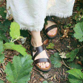 """開放感が素足に心地よい「NAOT(ナオト)」のサンダル。イスラエル生まれのブランドで、ヘブライ語で""""オアシス""""を意味するNAOTの靴は、まるで砂の上を素足で歩くかのようなやさしい履き心地。"""