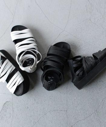 包帯をぐるぐる巻きにしたかのようなユニークなデザインのサンダル。厚底ながら足を包み込んでくれるホールド感があり、履き心地も快適。
