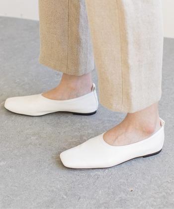 2021年のトレンドカラー「白」を足元に持ってくるだけで、垢抜けた印象になります。こちらは、柔らかいシープレザーを使用したスクエアトゥフラットシューズ。