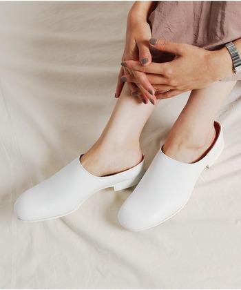 さっと履けて脱ぎ履きラクチンなのに品のあるデザイン。サンダルのように気軽に着用でき、デイリーで活躍します。