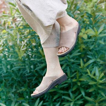 ホールド感ある履き心地なので、たくさん歩く日にもおすすめ。普段のコーデに合わせるだけでこなれ感が生まれます。