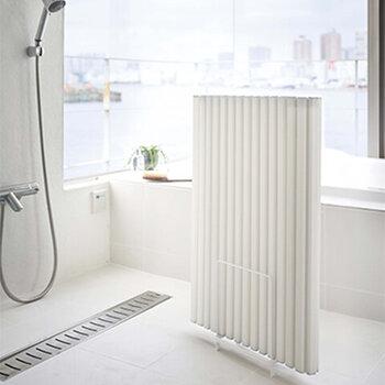 風呂蓋を収納するスペースがない方におすすめなのが、こちらの風呂蓋スタンド。ボードタイプもシャッタータイプも対応しているので、どんな風呂蓋もOK。洗濯機の横など、スキマにサッと収納できるコンパクトさも魅力です。