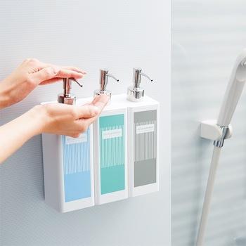 裏側がマグネット仕様なので、お風呂の壁にペタッとくっつけることができるディスペンサー容器です。