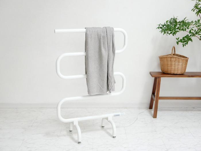 電源を入れると温まる、スマートなデザインのタオルヒーターです。入浴前にタオルや肌着を掛けておけば、入浴後にホカホカの状態で身に着けることができます。使用後のバスタオルを掛けておけば、カラっと乾いて嫌なニオイも防げます。