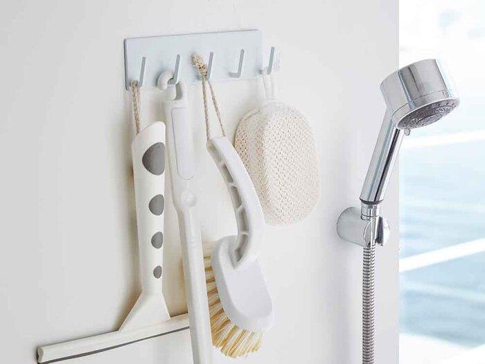 裏側がマグネットになった、5本のフック収納。お掃除道具や洗顔ネットなど、さまざまなものを掛けて収納できます。ヌメリが気になる床置きを解消して、浴室の清潔さをキープしましょう。