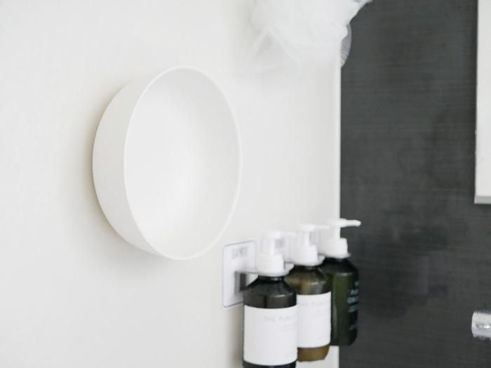 お風呂場の中で、意外と置く場所に困ってしまう湯おけ。こちらも裏側にマグネットがついたものを選べば、壁にペタッと貼って収納ができちゃいます。真っ白なシンプルデザインで、どんなバスルームにも合わせやすいです。