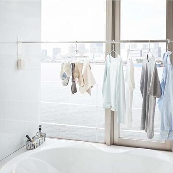 浴室にマグネットでぺたっとつければ、物干し竿を設置できる専用ホルダーです。浴室乾燥のスペースが足りないと感じている方はもちろん、お風呂場に干す場所がないという方にもおすすめ。