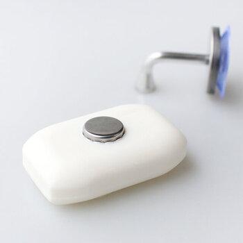 石けんに直接マグネットを埋め込んで、ホルダーにぺたっとくっつける使用。ホルダーは吸盤で設置できるので、つける場所を選びません。