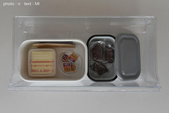 冷蔵庫には、こんなふうに保存。右側の珍しいチャコールグレーのケースには、おやつ入れ。 色が白じゃないだけで、シックな雰囲気でぐっとおしゃれな印象に◎