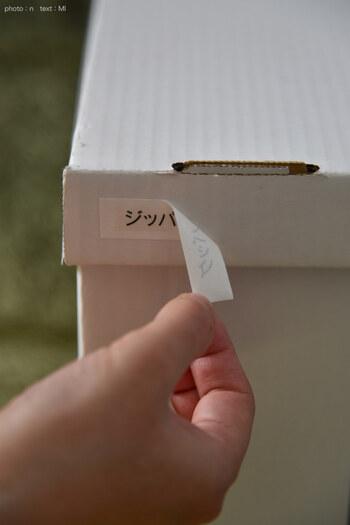 ブログ「めがねとかもめと北欧暮らし。」のMIさんは、マスキングテープの上にラベルを貼ることで、紙製ボックスを傷つけずにラベリングしています。優れたアイデアは、傷みやすい他の素材にも使えますね。