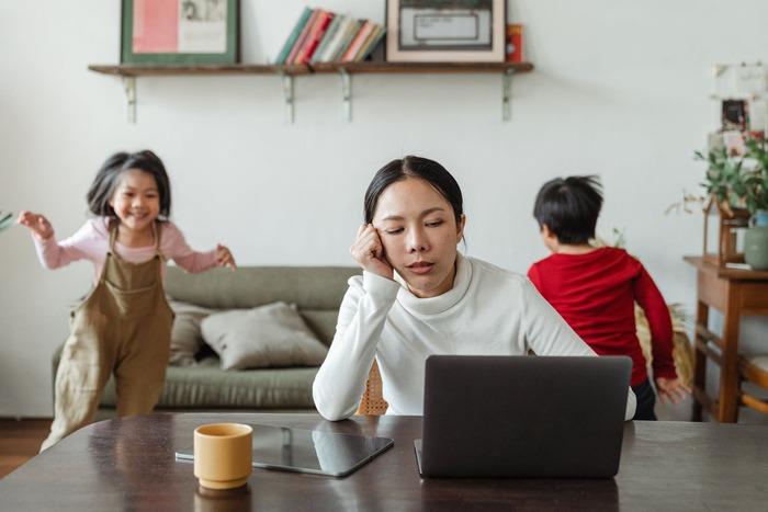 """職場や仕事に関するストレスの多い男性に対して、女性のストレスの原因は、育児や家事、家計に関することなど、""""おうちのこと""""が多いよう。"""