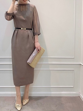大人っぽくスマートなコクーンラインシルエットのドレスコーデ。ストライプ柄のレースの透け感が絶妙で、よりスタイリッシュに見せてくれます。落ち着いた色合いと低めのスタンドネックにより、秋冬にも活躍させたいドレス。