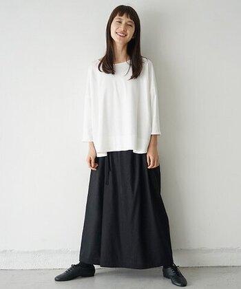 ゆったりシルエットの白ロンTに、黒のロングスカートを合わせたモノトーンコーデ。足元も黒のシューズで、大人のベーシックスタイルにまとめています。裾はあえてタックインせずに、ラフ感を演出。