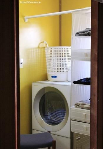 洗面所に突っ張り棒を設置し、吊り下げ収納を用いて管理するアイデアです。 収納内に引き出しを設ければ、上手く隠せますね。 IKEAのSKUBB(スクッブ)6コンパートメントと仕切りボックスの組み合わせです。