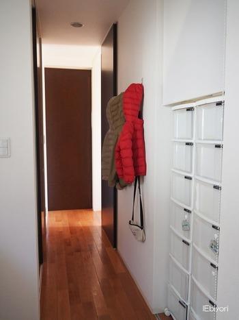 階段下が収納スペースになっていたら、ぜひ試してほしいアイデアです。 お風呂場やお部屋、玄関へと向かう導線になっていることが多いので、入浴後やお出かけ前に靴下を履くことを考慮すると、靴下を管理するのにちょうどよい場所です。