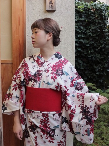 低めに作ったお団子に簪をプラスすると、グッと大人な印象になりますよ。