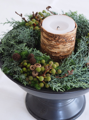 コンポート皿はリースのような季節物のアイテムを飾る場所としても最適!お部屋の中で程よく目立たせることができるので、インテリアのアクセントになってくれますよ。