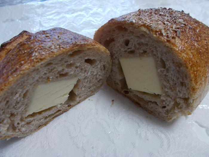 『あんぱん』や『レーズン』といった人気商品もありますが、KIBIYAのハード系生地の美味しさを手軽に味わうなら、『チーズパン』もお勧め。ブロックチーズを、全粒粉入りのパン生地で包んで焼き上げている絶品パンです。  外皮サクサク、中しっとり、もっちり。国産小麦特有の食味と「KIBIYA」ならではの滋味豊かなパン生地の味わいを、コクのあるチーズが引き立てています。スライスしてワインやサラダと味わうのも良し、丸のまま齧りつくのも良しです。  「KIBIYAベーカリー」は、御成町の本店の他、若宮大路沿いに「段葛店」があります。どちらを使っても良いですが、初めてなら、本店にレッツラゴー。【『チーズパン』は、大と小の2種類あり、画像は大。】