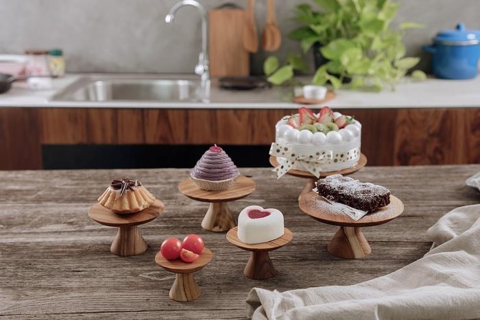 コンポート皿にケーキや焼き菓子を飾れば、それだけで特別なおもてなしのテーブルコーディネートが完成。豪華な食器や飾りつけなしでも華やかな空間を演出できます。