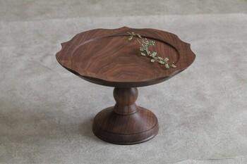 ウォールナット材で作られた、あたたかな風合いを感じられるコンポート皿。植物やお花など、飾るものを引き立ててくれるシックな色合いが素敵です。