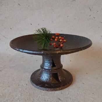 石のような味わいを持つ、焼き締めで作られた陶器製のコンポート皿。静かで上質な雰囲気を持つこんなお皿は、飾るものを上質に見せてくれるはずです。