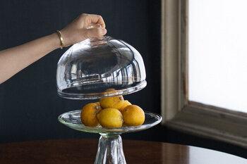 フルーツを乗せてテーブルに置いておくだけでいつもの食卓が華やぎます。保管場所に困るフルーツもあえて見せておくことで見た目にも美しく、長く楽しむことができるように。