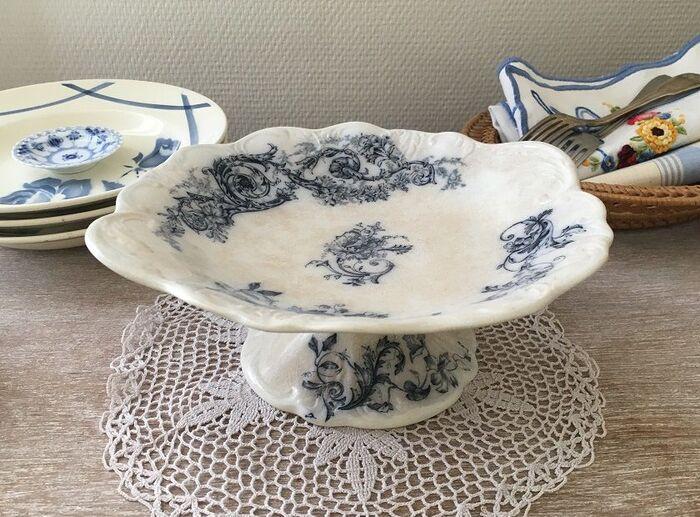 シックなブルーで描かれたボタニカル模様が美しい、イギリス製のアンティークのコンポート皿。かわいらしい中にもエレガントさを感じさせる上質な雰囲気が。