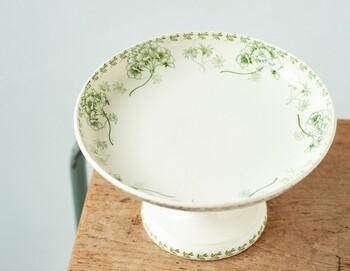 ふんわりと風に舞う花束がかわいらしい、ノスタルジックな気持ちを呼び起こすデザイン。白と淡いグリーンの色使いは清潔感のある印象に。