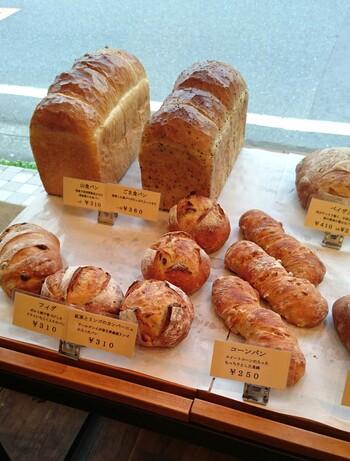 鎌倉雪ノ下の名店「ベルグフェルド」で修行した店主が作るのは、自家製天然酵母を使った手作りパン。  フィグやペイザンといったハード系のパン、コロッケパンやソーセージパン等の惣菜パン、ショコラやあんぱんといったデニッシュ系や菓子パン類、常時手作りのパンが40から50種程、店頭に並んでいます。  当店のパンは、グッドルッキングな外見通りに、美味しいこと。パン生地自体も味わい深く、具材とのバランスも見事。一つ一つ丁寧に作られていて、どれも噛めば噛むほど美味しく、食べれば食べるほど、他のパンも頂きたくなる魅力があります。