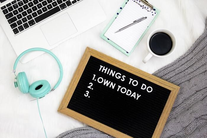 「to do list」を使って、やることを明確にするのも◎。視覚化することで、頭の中がすっきりと整理され、優先順位も掴みやすくなります。  スマホ管理は便利ですが、ペンと紙に手書きする方が触感などを通じて、脳にも刺激が伝わって良いとされています。短時間、紙に集中して、上手に朝のシーンを切り替えていきましょう。