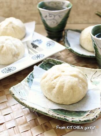薄力粉と強力粉を同量で作る中華まんのレシピです。薄力粉を混ぜているので、伸びがよく、ふんわりきれいに具を包み込めます。  捏ね時間は5分ほど。パンのように、長い時間、捏ねる必要はありません。