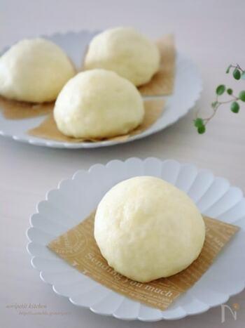 薄力粉とベーキングパウダーで作る発酵なしの皮レシピです。  薄力粉+ベーキングパウダーの生地は、菓子パンのようにふっくらとやわらかい皮の中華まんに仕上がります。薄力粉とベーキングパウダーはおうちによくある材料。思い立ったら、すぐに作れますね。