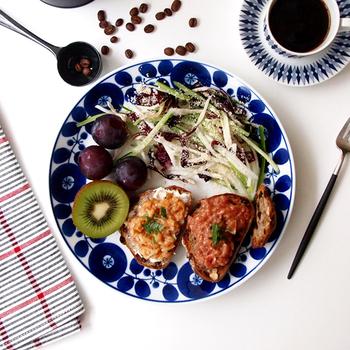 ダイエット中の方や健康を気遣う方は、サラダ&フルーツの組み合わせがおすすめ。食欲のないときでもこれなら食べられそうですね。