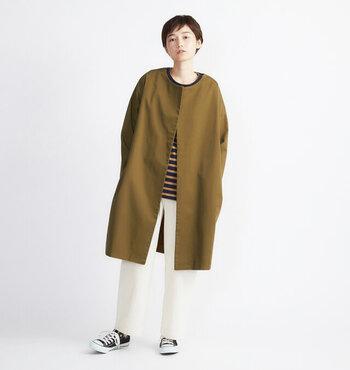襟がないのが特徴のノーカラーコート。「Cion(シオン)」のコットンチノイージーコートは、ボタンがなくさらっと羽織れて使い勝手が良いと人気のアイテム。ゆるっと大きめの肩幅は落ち着きのあるシルエットなので、フォーマル使いにも◎