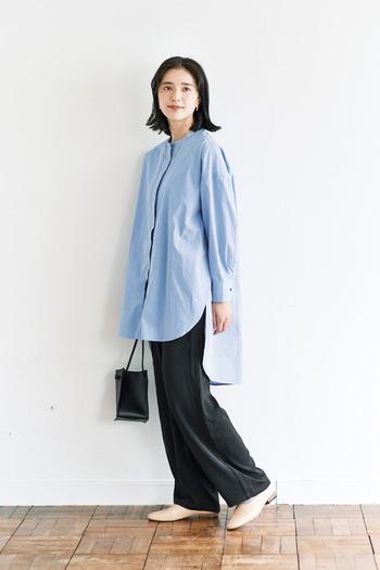 ブルーのロング丈シャツに、黒のワイドパンツを合わせた着こなしです。ベージュのシューズと黒のショルダーを合わせて、シンプルながらも女性らしくまとめています。前後で丈が異なるシャツをチョイスすれば、トレンド感も◎