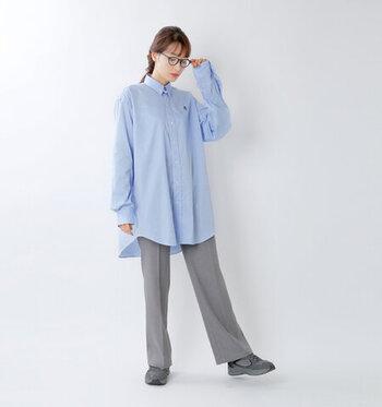 ブルーのゆったりシャツに、グレーのセンタ―プレスパンツを合わせたコーディネート。ワイドシルエット同士の組み合わせですが、きちんと感のあるデザインでラフになり過ぎません。足元はパンツと色を合わせたスニーカーで、さりげなくカジュアルダウン。